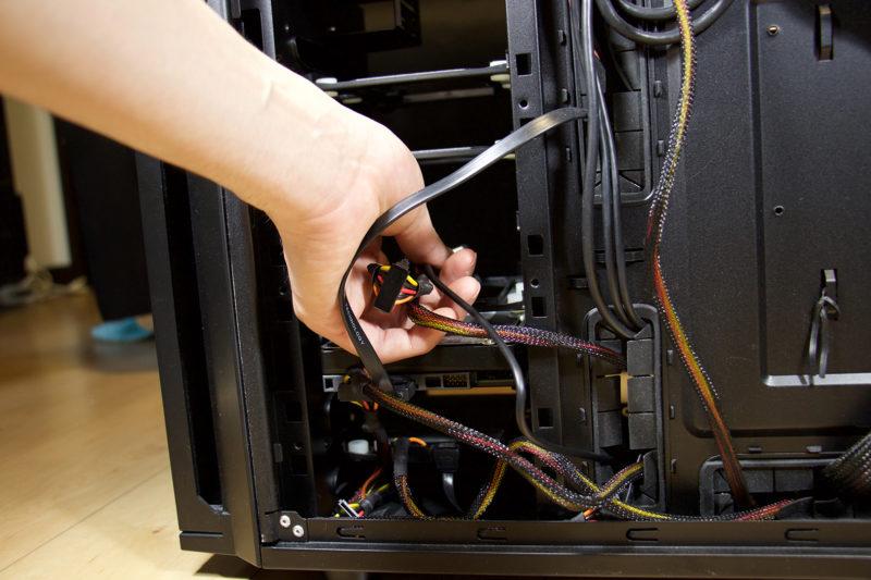 SSDを取り付けたベイを配線に気をつけながらPCケースにもどす