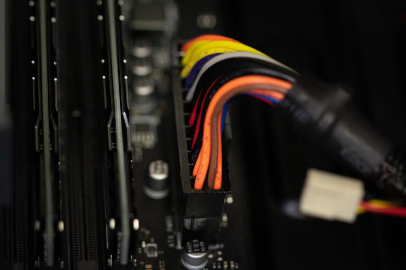 メイン電源ケーブルの取り付け場所